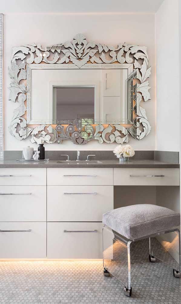 Moldura de metal para o espelho do closet