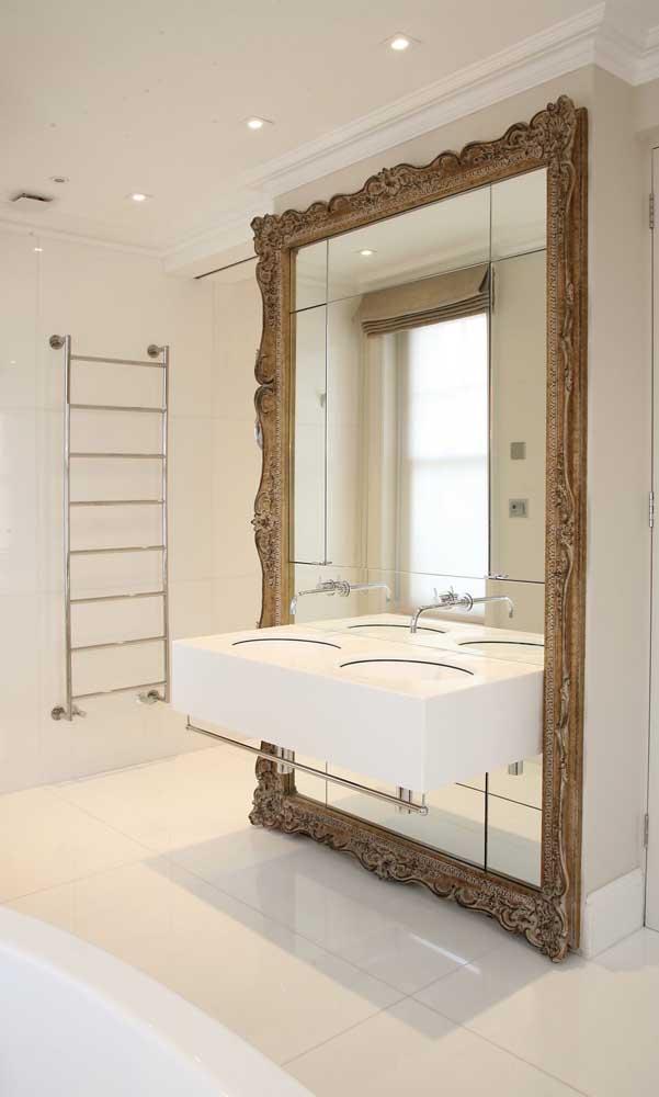 Esse espelho com moldura clássica é ou não é o destaque do banheiro?