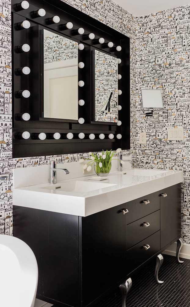Banheiro moderno com espelho de moldura tipo camarim