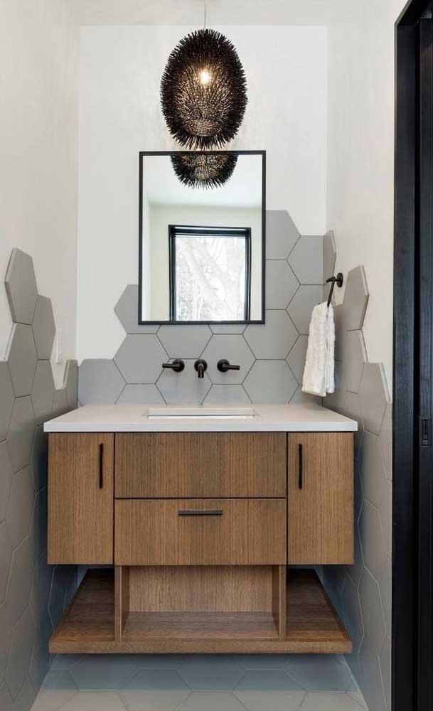 Moldura reta, simples e preta para o espelho do banheiro