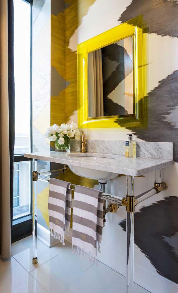 Moldura de acrílico amarelo para o espelho do banheiro