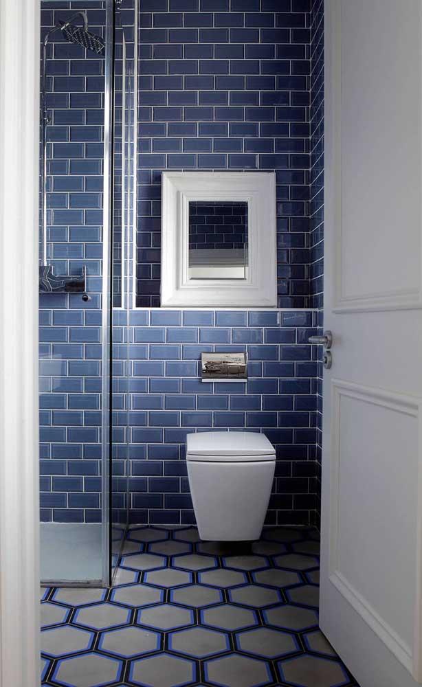 Os azulejos de metro desse banheiro ganharam a companhia delicada da moldura branca do espelho