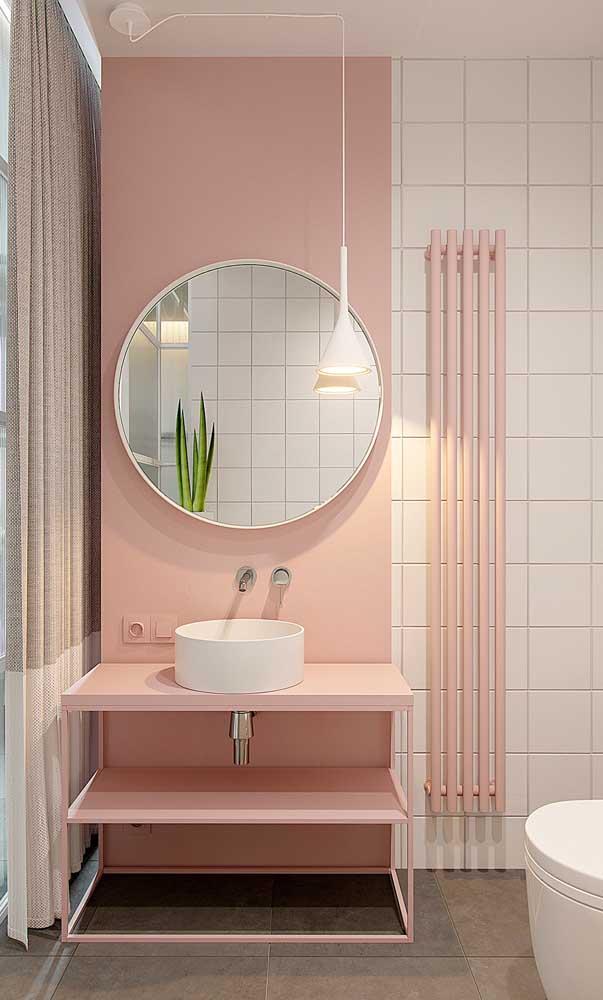 Esse banheiro cor de rosa ganhou um espelho com moldura branca simples