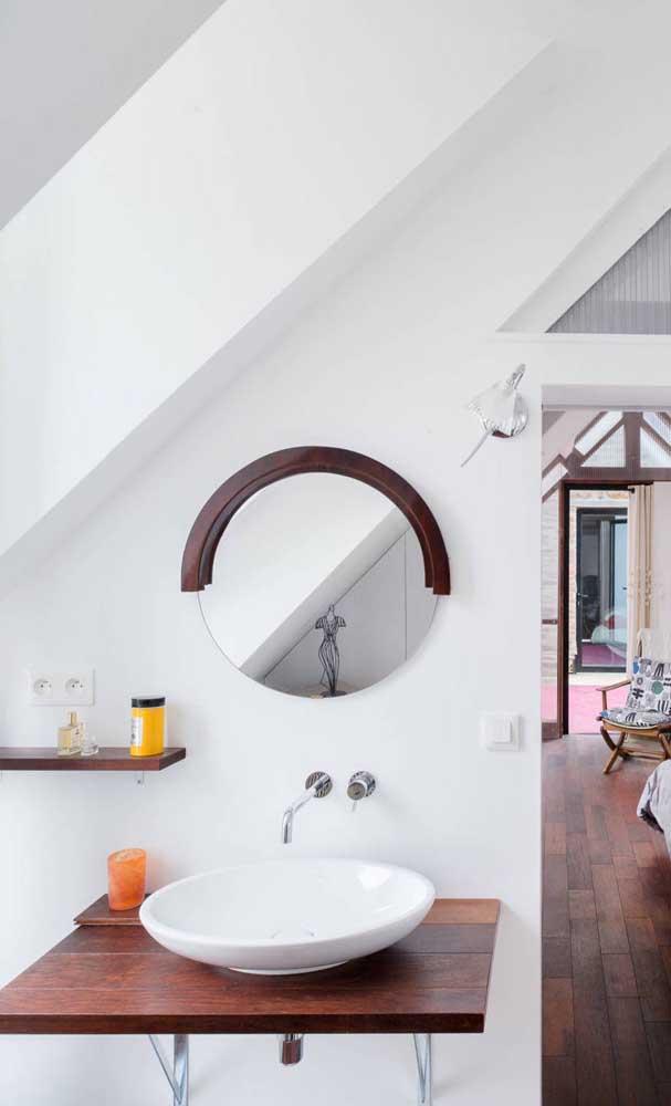 Anota essa dica aí: espelho redondo com meia moldura de madeira