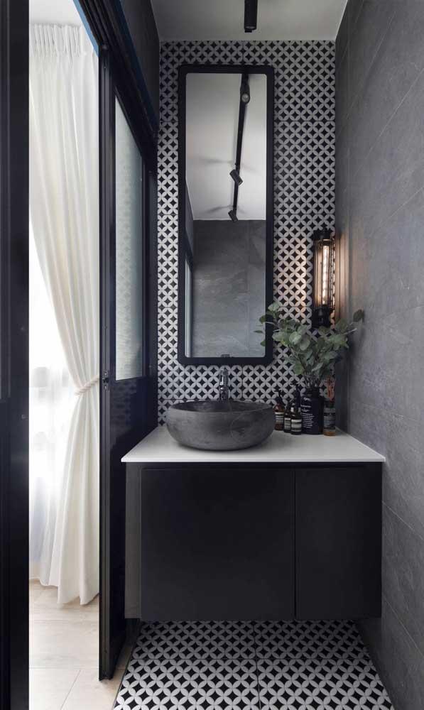 Já para esse espelho retangular do banheiro foi escolhida uma moldura simples na cor preta