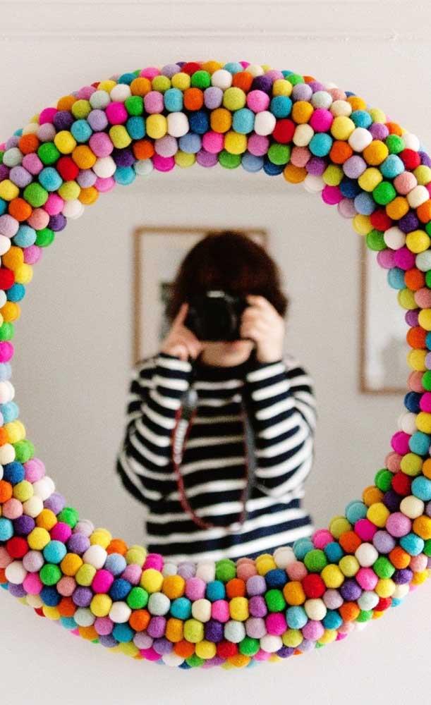 Que mimo essa ideia! Uma moldura de espelho feita com bolinhas coloridas