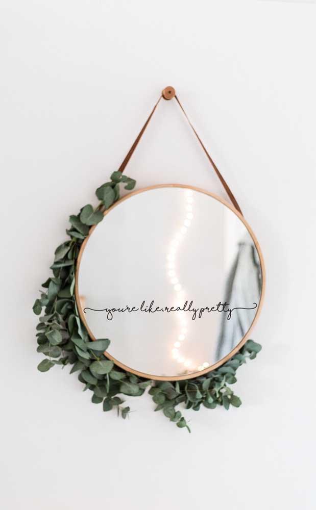 Uma inspiração para variar o uso do espelho Adnet: coloque junto à moldura galhos de folhas verdes
