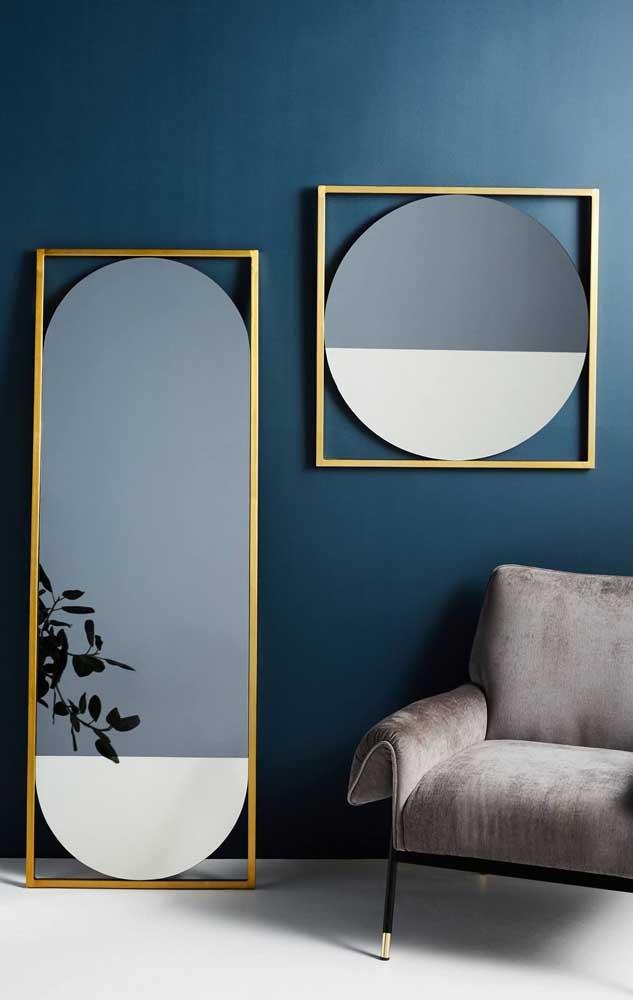 Uma ideia bem moderninha para sua sala: molduras em formatos diferentes do formato do espelho