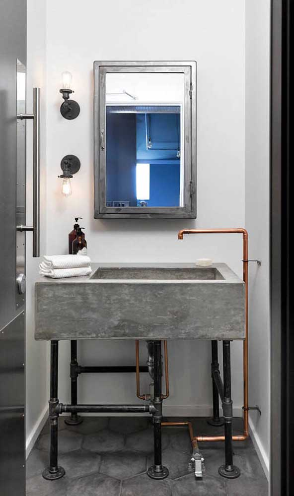 Banheiro em estilo industrial com espelheira