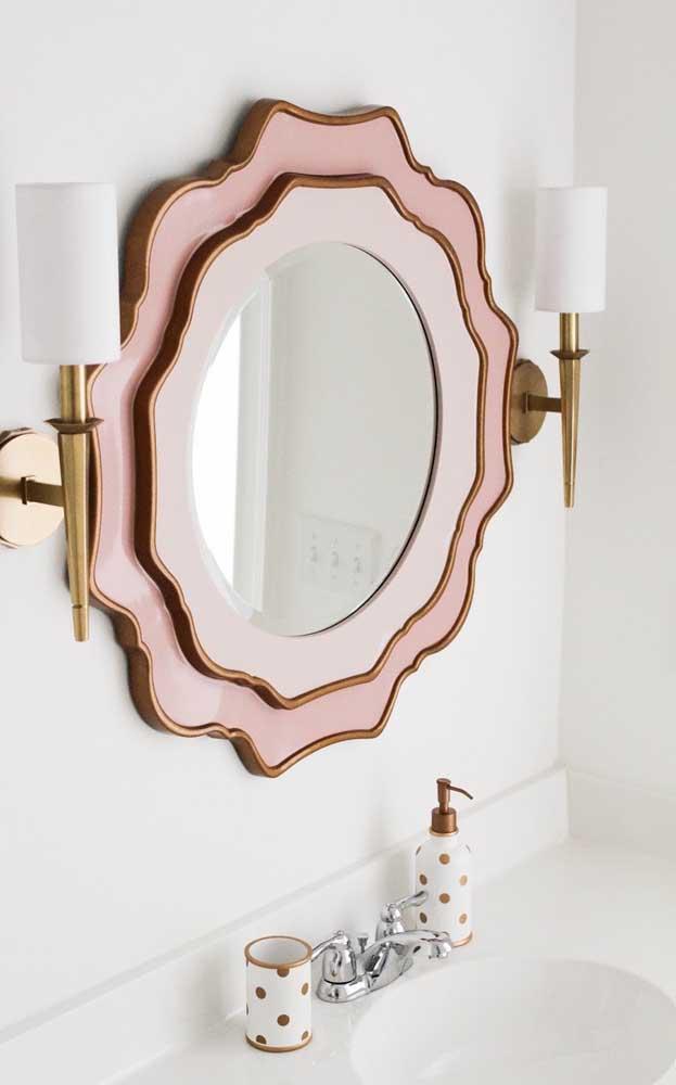Que delicado esse pequeno espelho para lavabo com moldura dupla