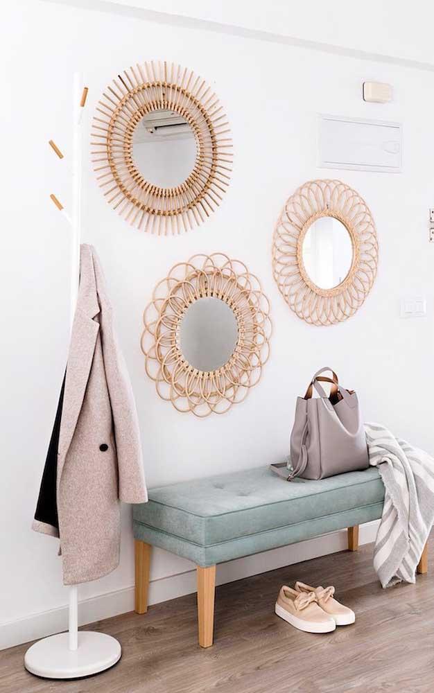 Capriche na decoração do hall de entrada usando espelhos de molduras variadas