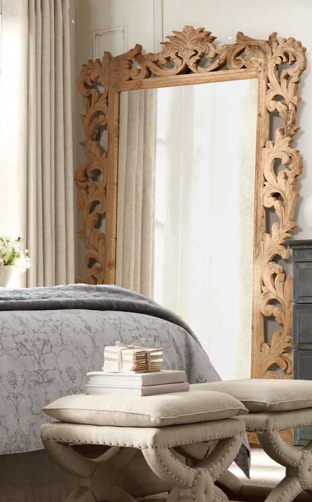 Que linda inspiração essa moldura para espelho feita em madeira talhada a mão