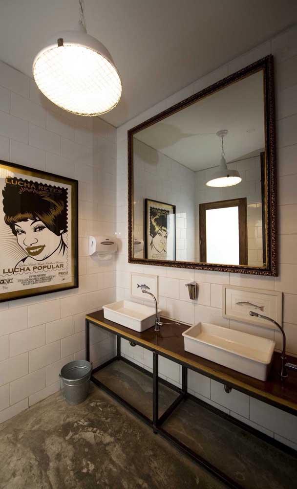 Já para o banheiro contemporâneo, a opção foi por uma moldura rebuscada