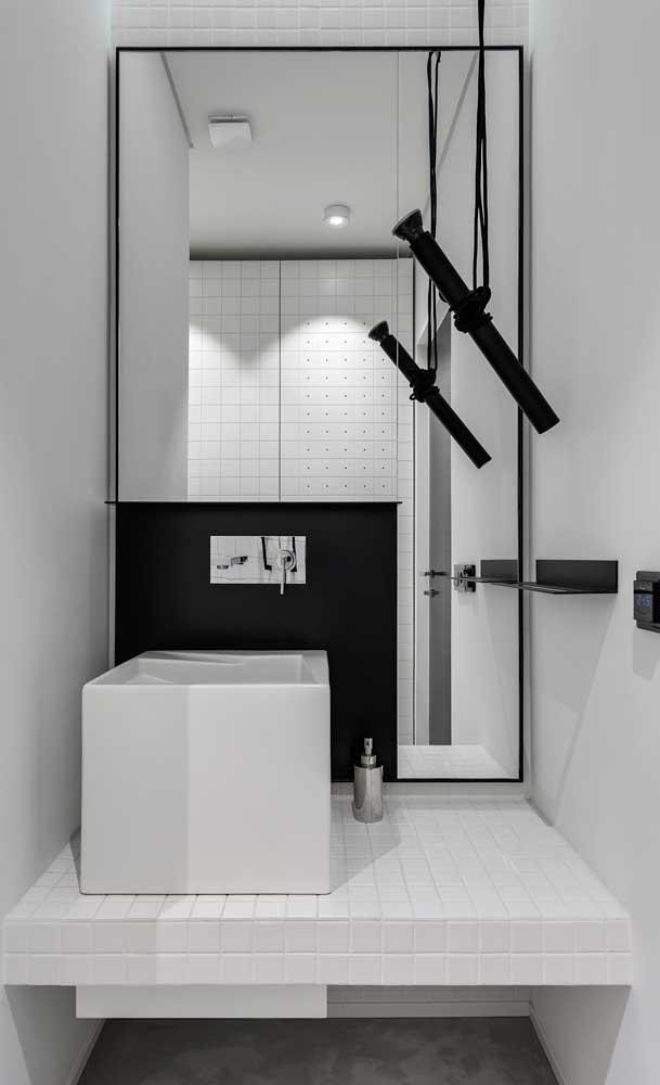 O espelho maior desse banheiro ganhou uma moldura simples e discreta, já o espelho pequeno tirou onda com uma moldura super criativa