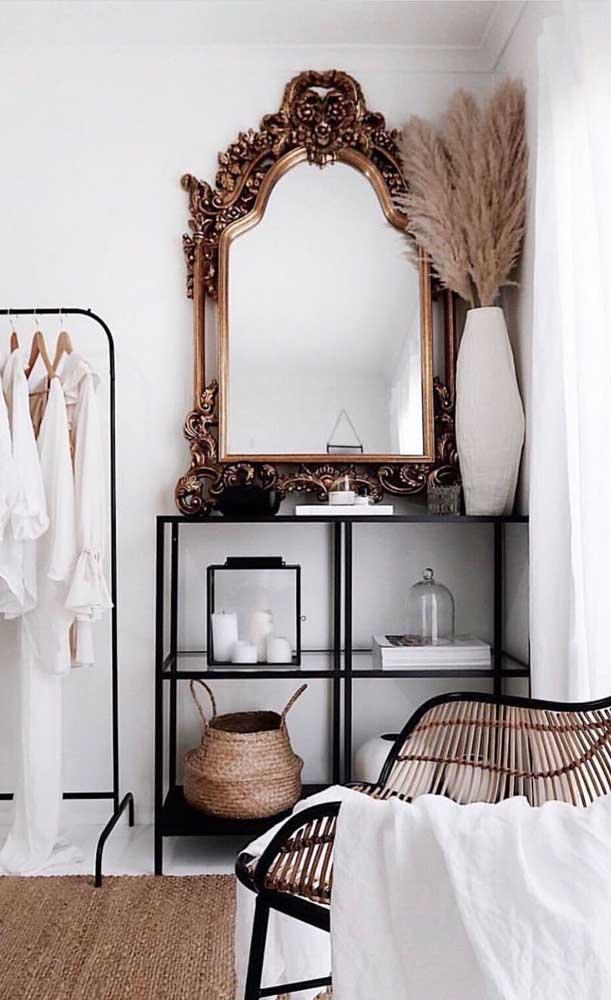 Uma linda e harmônica composição de espelhos redondos com molduras simples