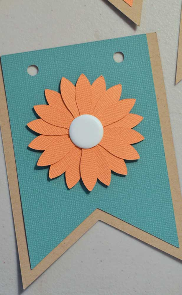 Uma flor para deixar a bandeirinha de festa junina ainda mais bonita