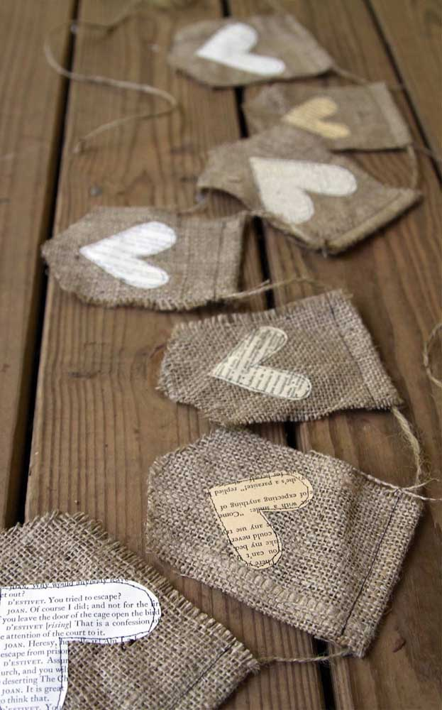 Faça corações com papel de jornal ou revista e cole nas bandeirinhas; o efeito é lindo!