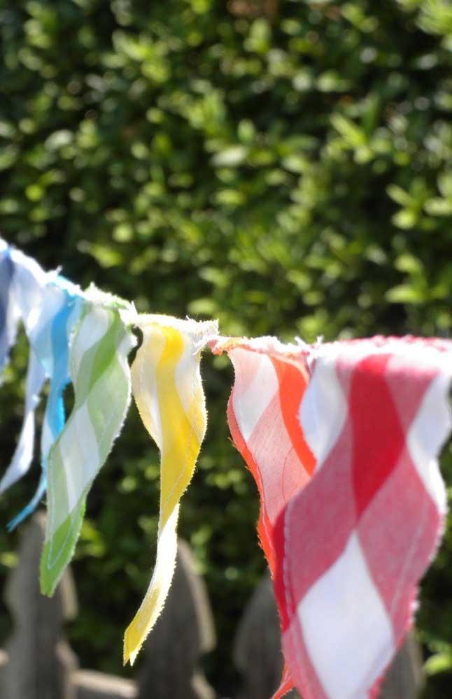 Que tal bandeirinhas de festa junina em diferentes cores de xadrez?