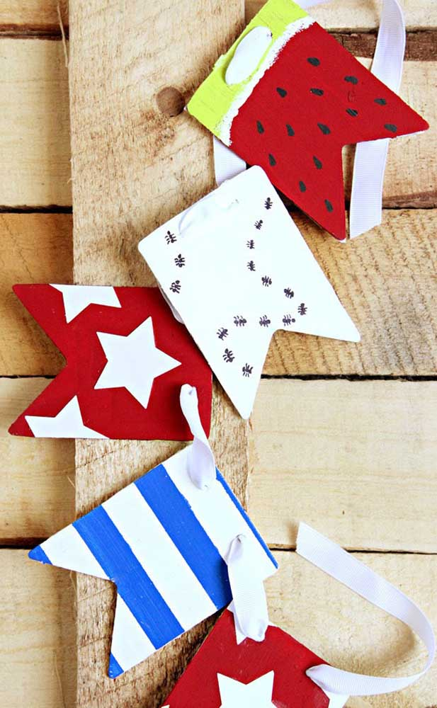 O que acha de variar um pouco nas bandeirinhas e usar estampas de frutas, estrelas e o que mais vier na cabeça?