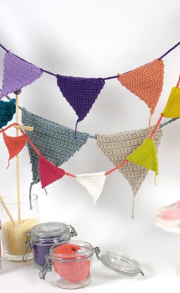 Para quem busca algo mais elaborado pode se inspirar em bandeirinhas de festa junina feitas em crochê