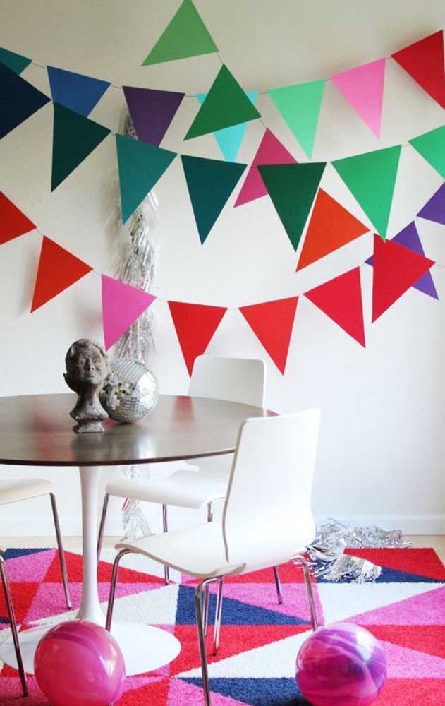 Bandeirinhas no teto e no tapete! Olha que legal essa decoração!