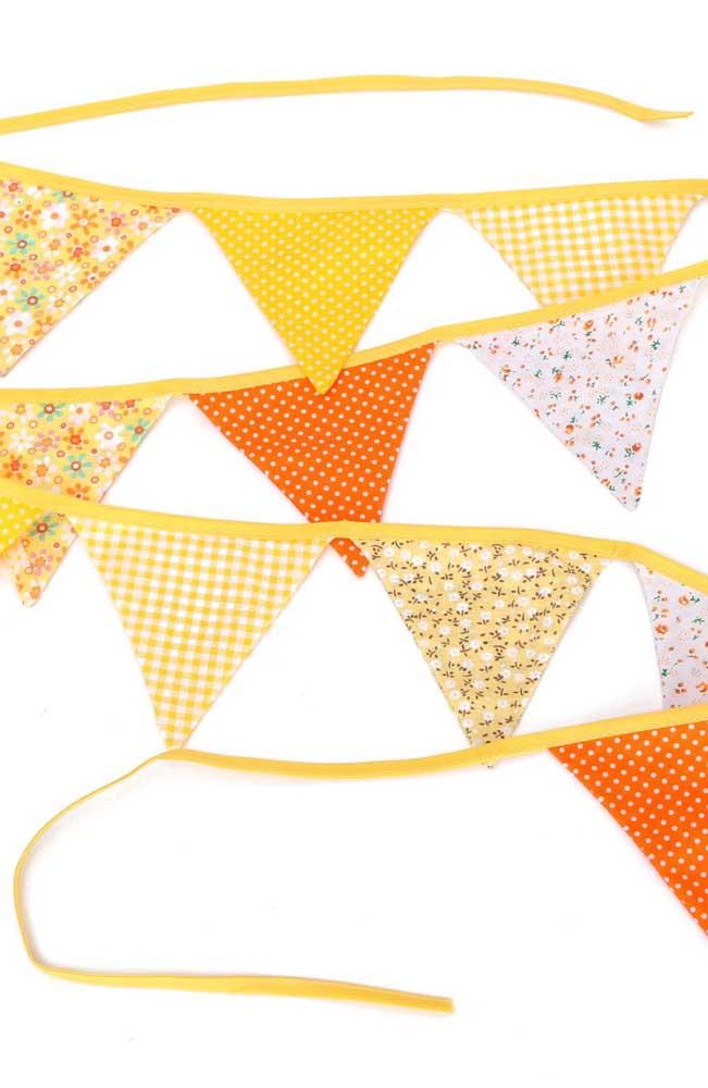 Bandeirinhas de festa junina feitas de tecido com estampa floral