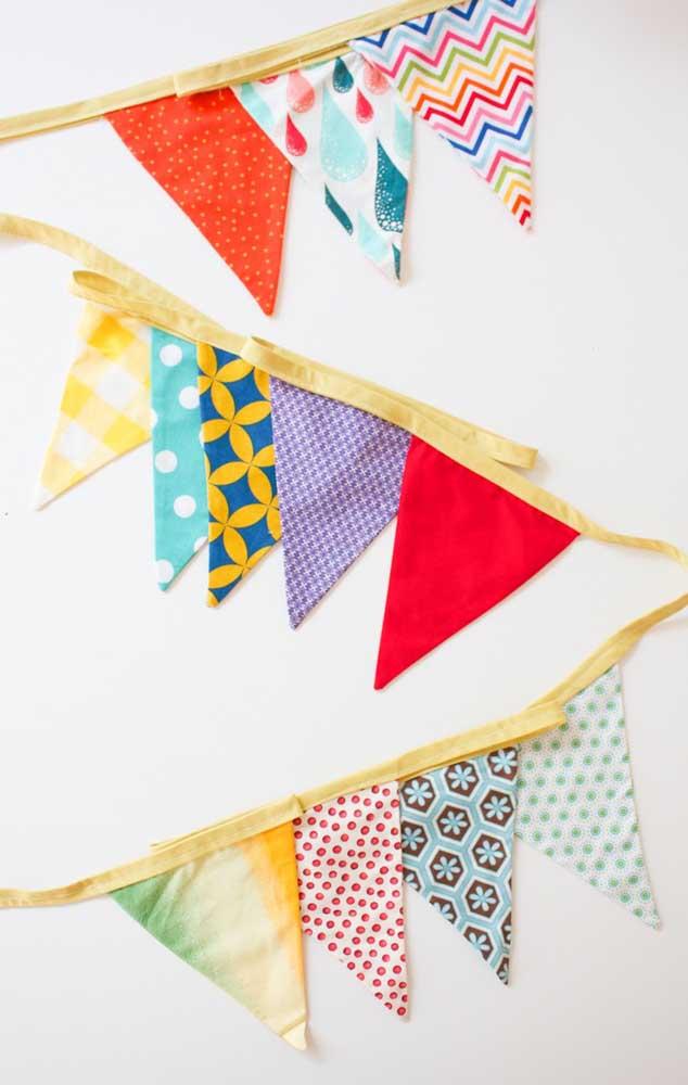 Varal de bandeirinhas de tecido feitas com as mais variadas cores e estampas