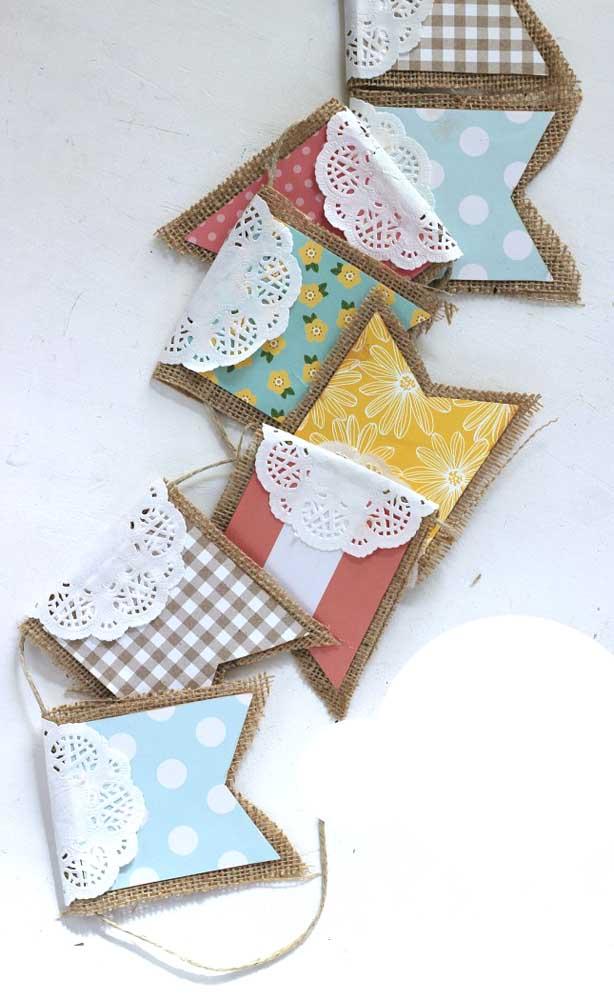 Juta, renda e estampas variadas formam esse varal de bandeirinhas super charmoso