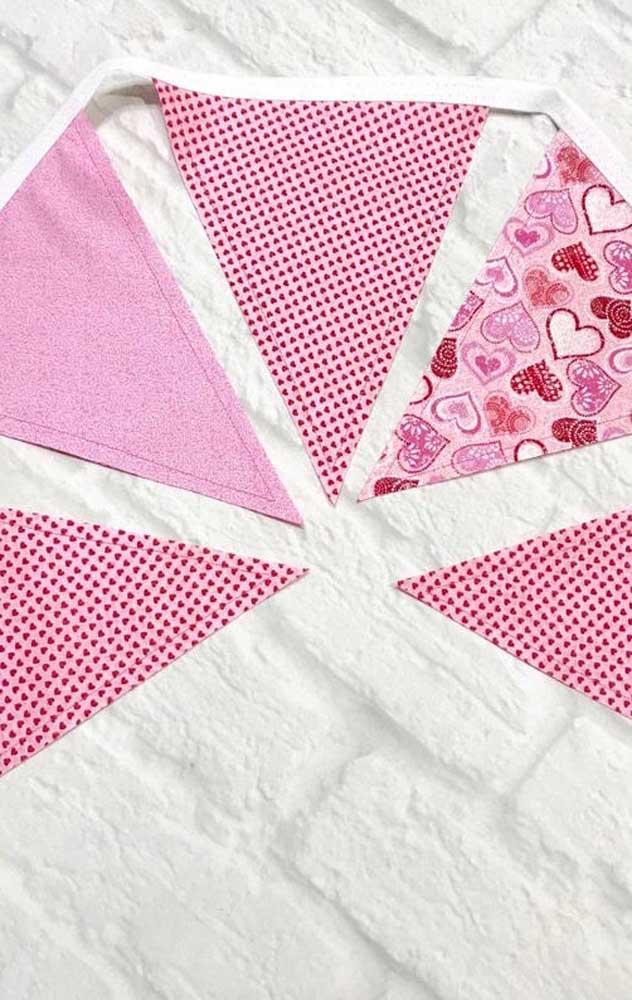 Bandeirinhas de festa junina rosas, estampadas e cheias de jovialidade