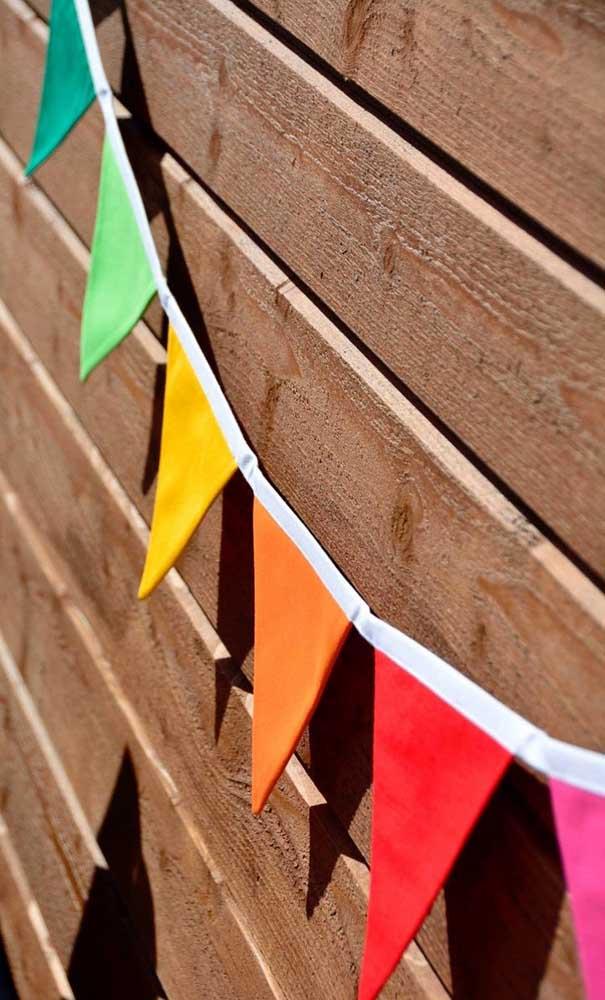 Bandeirinhas nas cores do arco íris