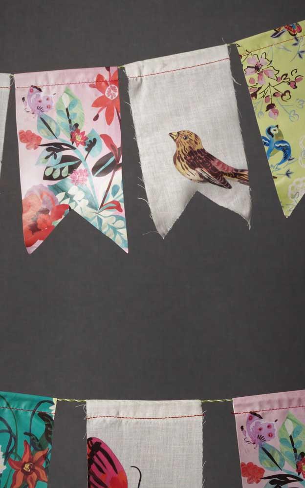 Aquelas sobras de pano que você tem aí na sua casa podem render lindas e originais bandeirinhas de festa junina