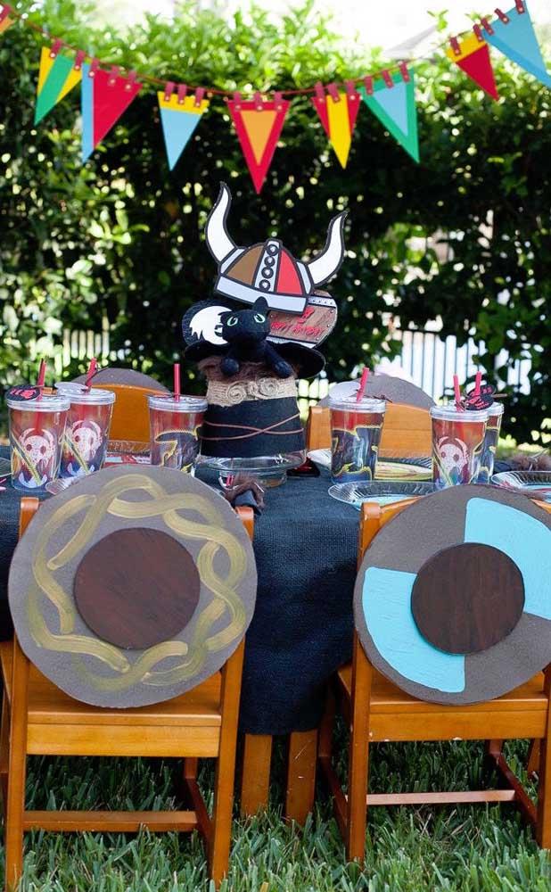 Ao ar livre, as bandeirinhas de festa junina ficam ainda mais destacadas na decoração