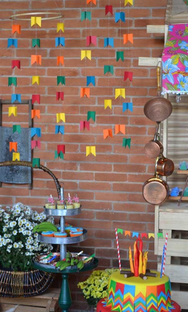 Se quiser também é possível inovar no modo de colocar as bandeirinhas na festa, aqui, por exemplo, elas foram usadas suspensas ao invés do tradicional varal
