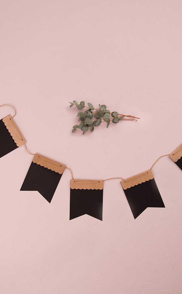 Bandeirinhas de festa junina em versão minimalista: preto com detalhe marrom