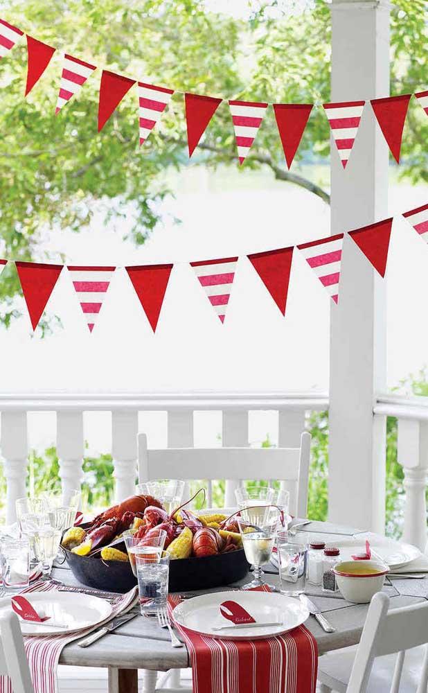 Bandeirinhas de festa junina combinando com a toalha da mesa