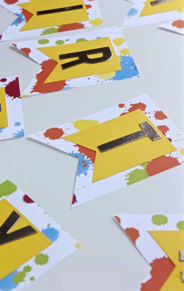 Marcas de tinta e letras formam essas bandeirinhas super diferentes e personalizadas