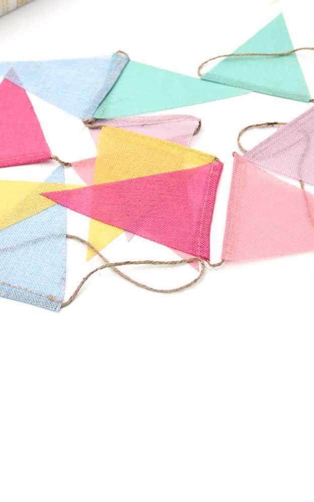 O TNT também é um ótimo material para fazer bandeirinhas, além das cores e estampas variadas, o tecido ainda é super barato