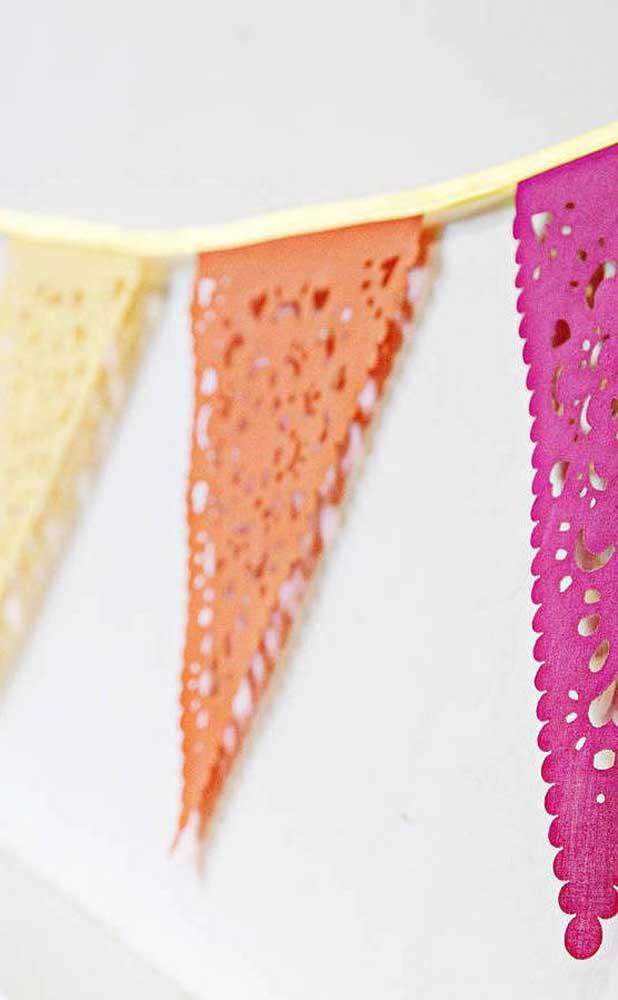 Cores vivas e alegres são sempre bem vindas na decoração de festa junina com bandeirinhas
