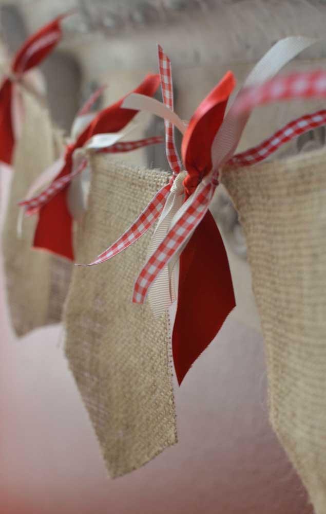 Bandeirinha de festa junina feita com juta e decorada com laços