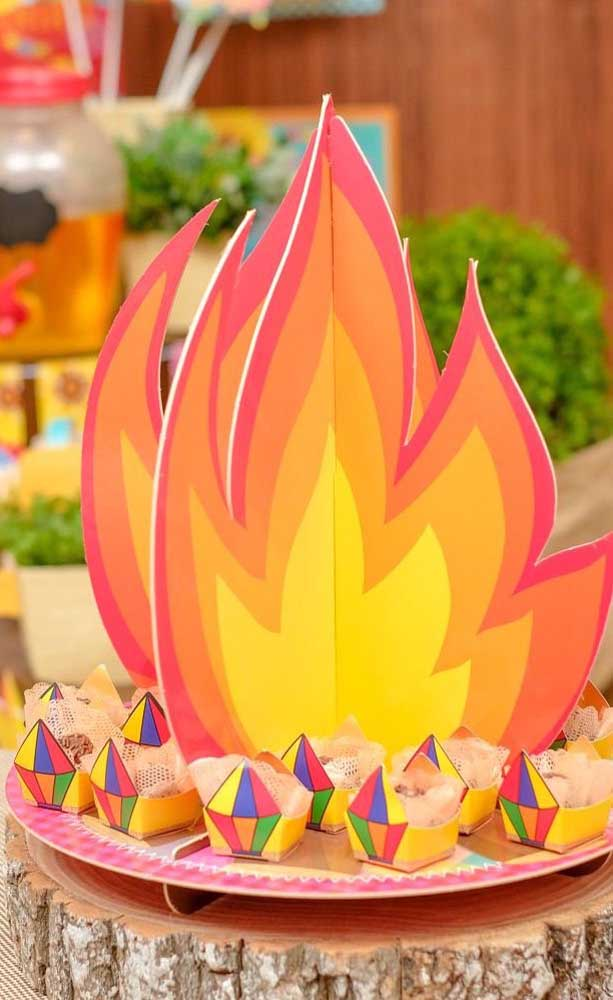 Fogueira de papelão para decorar a mesa de docinhos da festa junina