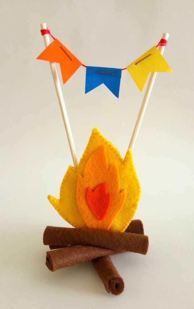 Que charme essa fogueirinha decorativa feita com feltro!