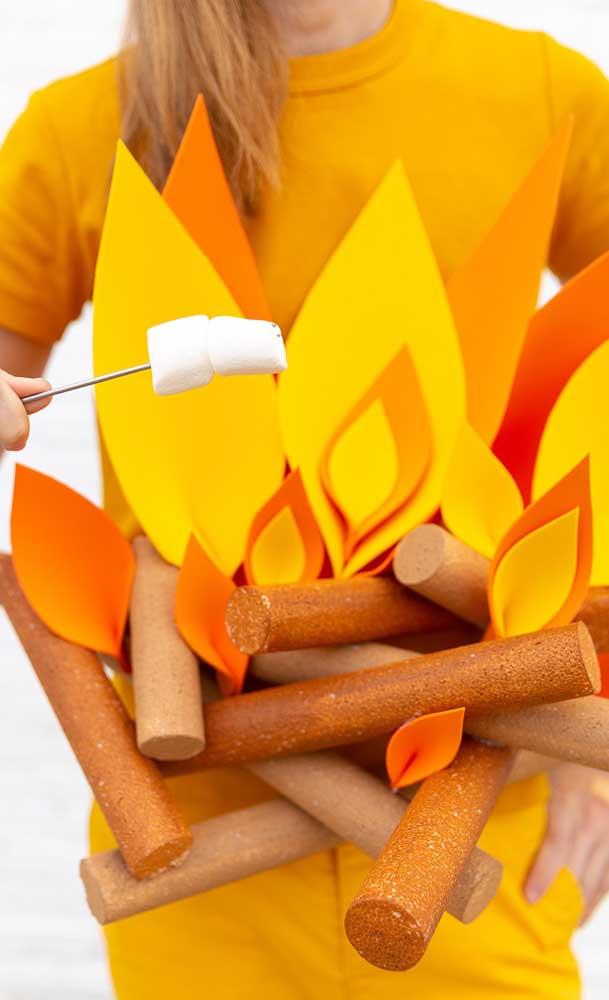 A fogueira é de mentirinha, mas os doces são de verdade!