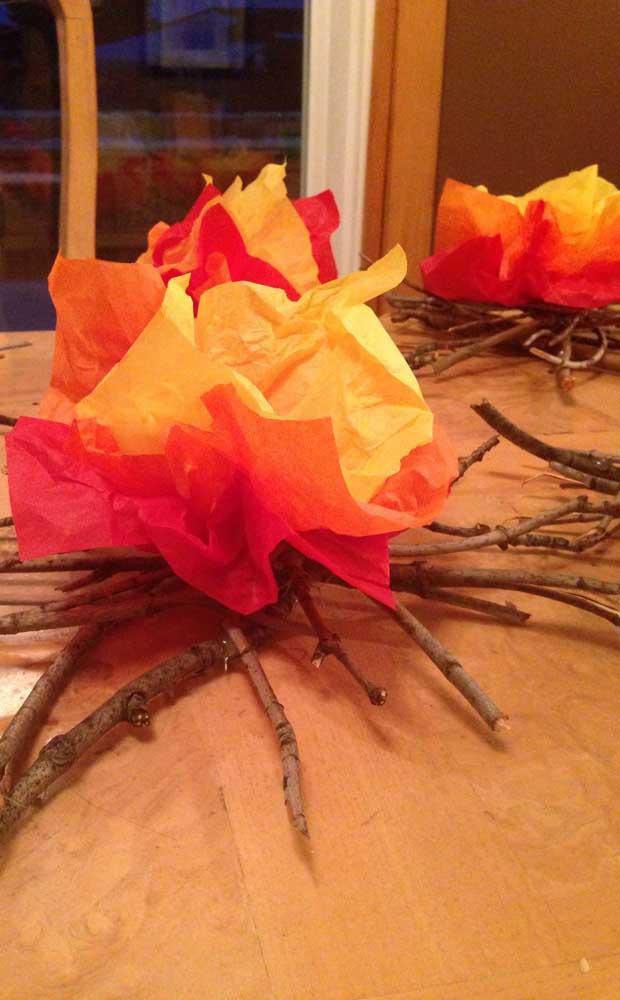 Os troncos de verdade garantem um realismo maior para a fogueira de papel