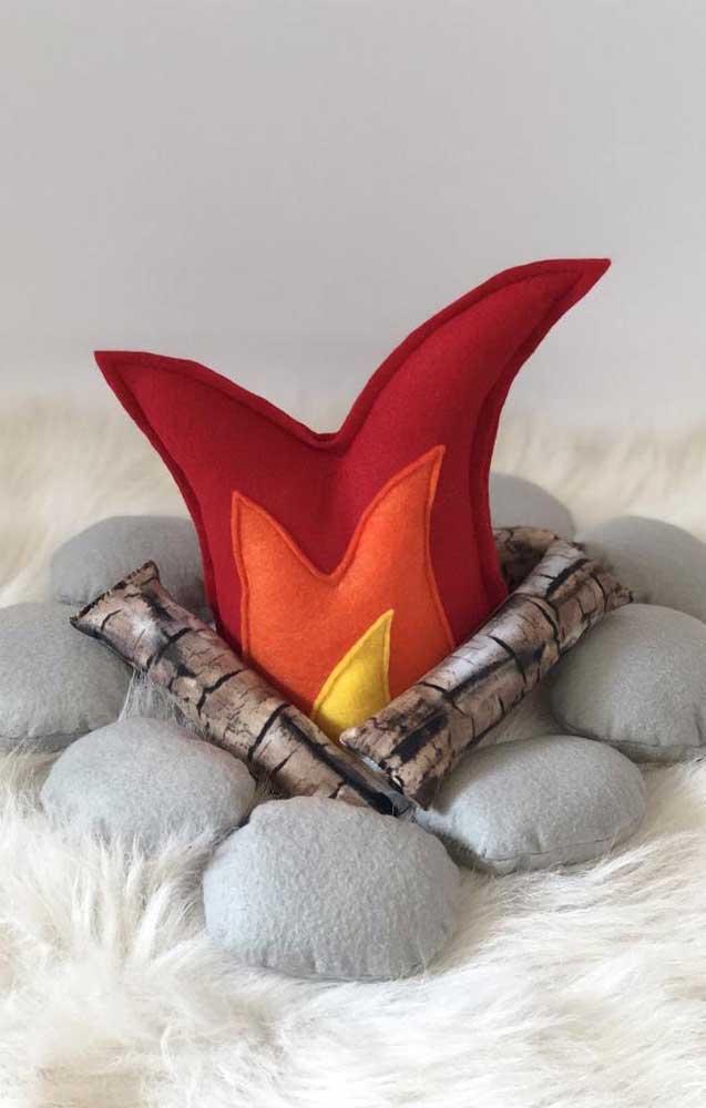 Que tal deixar a casa no clima da festa junina com uma almofada de fogueira?