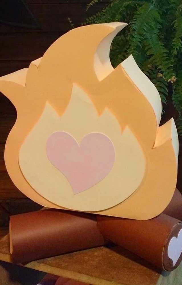 Super delicada essa mini fogueira com desenho de coração