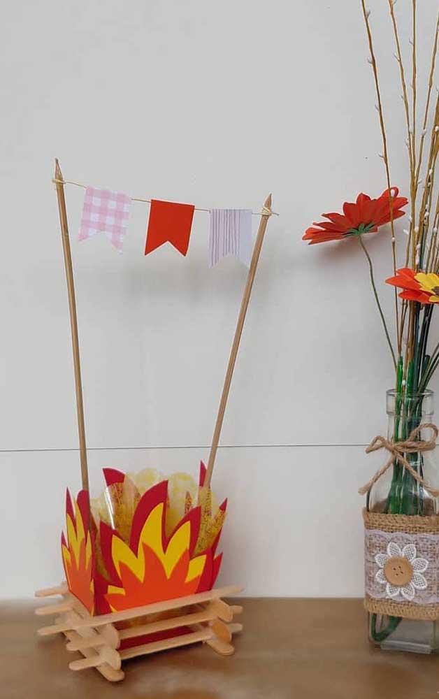 Mini fogueira e bandeirinhas: dois elementos indispensáveis de uma festa junina
