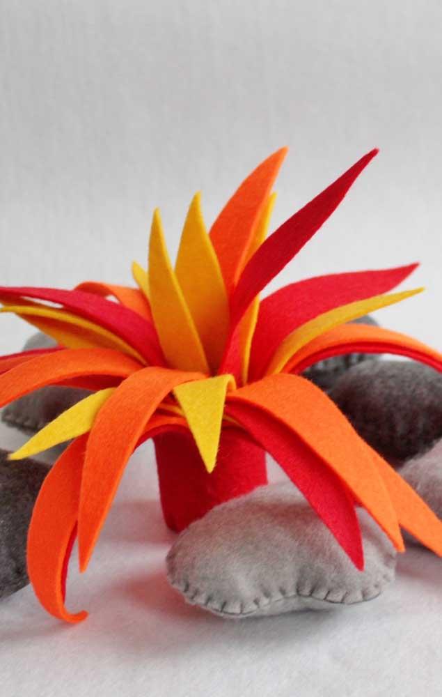 Fogueira de feltro nas cores amarelo, laranja e vermelho