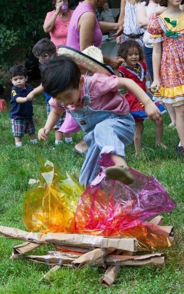 Fogueira junina artificial feita com celofane: as crianças vão adorar!