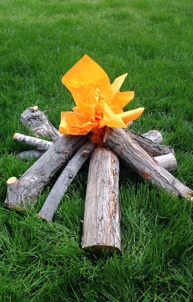 Aqui, os troncos são de verdade, mas a chama do fogo é de papel