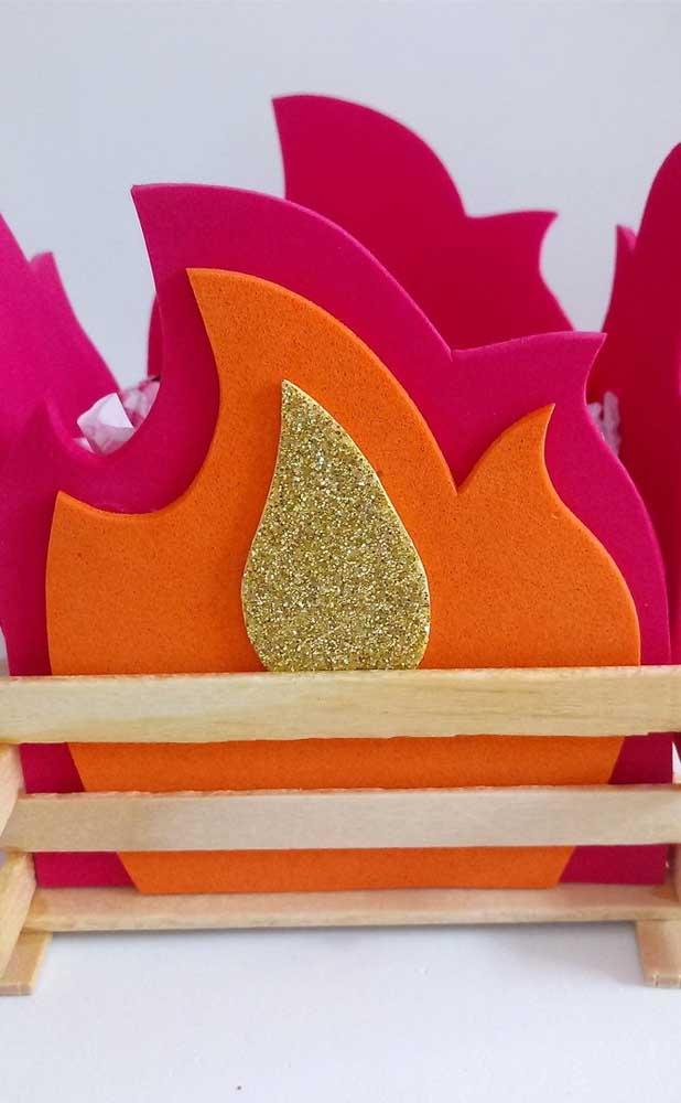 Barato, versátil e fácil de trabalhar, o EVA é um ótimo material para fazer fogueira artificial